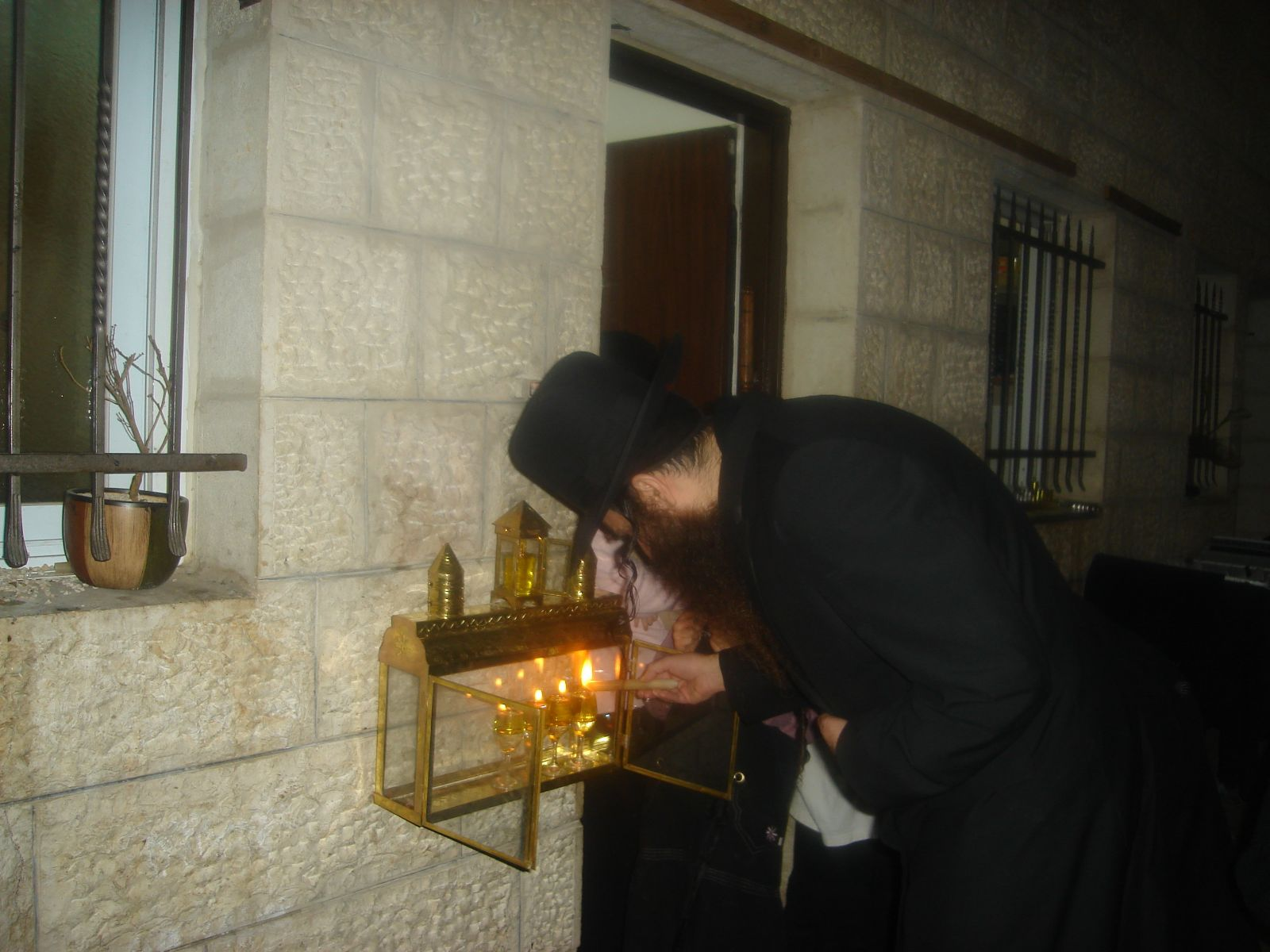 הרב שלמה עופר בהדלקת נרות חנוכה