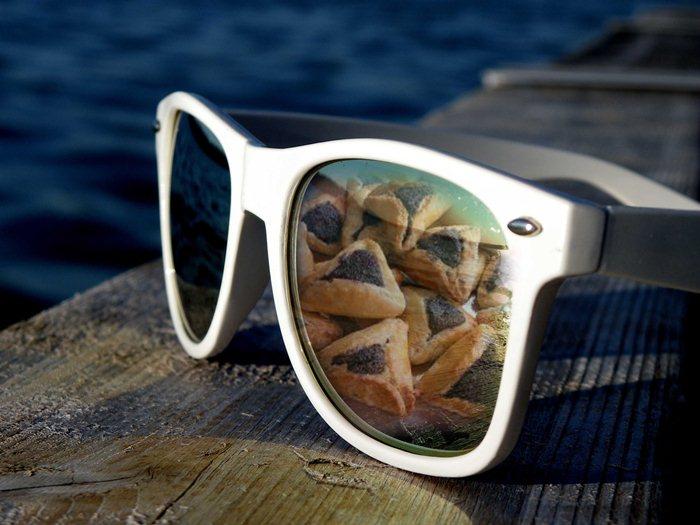 מתקנים את המשקפיים רגע לפני פורים