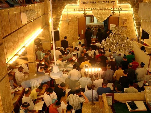 חלק מההמון המתפלל