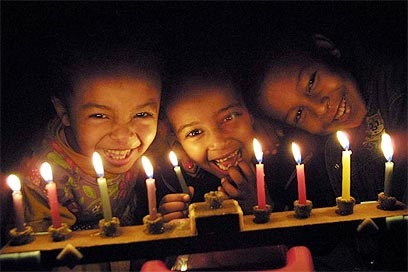 ילדים מדליקים נרות חנוכה (עמית מגל)