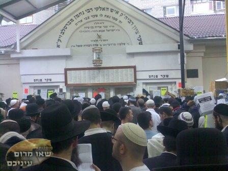 מאות ואלפים בתפילה על קבר רבי נחמן