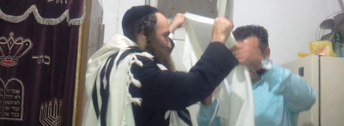 הרב שלמה עופר מניח ציצית ליהודי